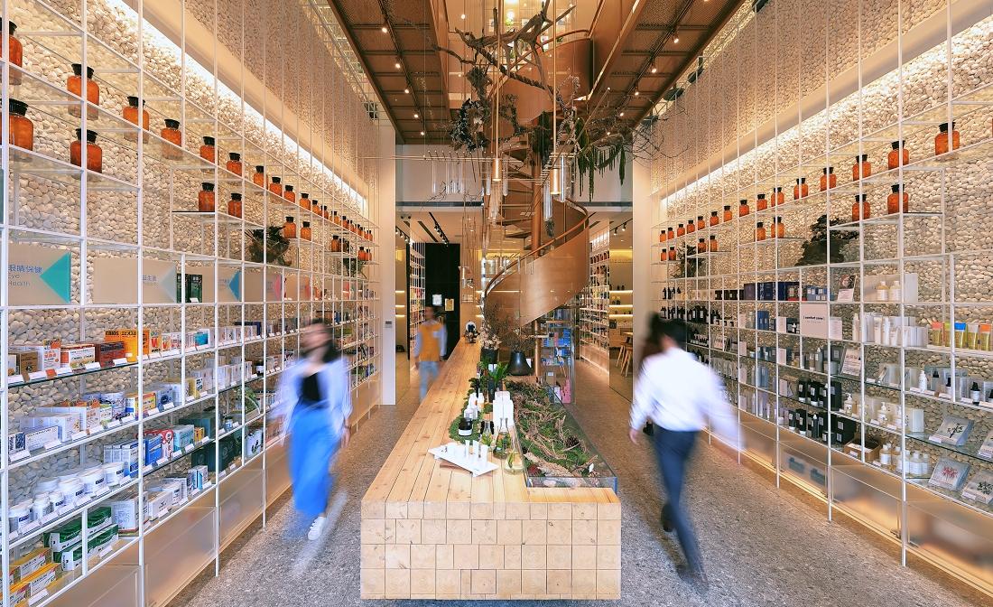 「古銅金旋轉樓梯,宛如走進綠色花園…」史上【最美藥妝店】就開在台中。